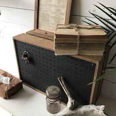 穴のあいた有孔板を使ったオリジナルの木箱。縦横は勿論、どちらを前面にしてかざっても楽しめます。機械的で冷たい印象のスピーカーを中に隠してかざってもいいし多目的に使い回しのきくデザインです。サイズ:およそ52.5㎝×35㎝×20㎝まとめてご購入の場合、送料条件が変わる場合がございます。大きな荷物・複数の場合はヤマト便になります。その場合は、日にち指定はできますが時間の指定ができません。予めご了承ください。※重いものを入れて運ぶ目的には向きません。※撮影小物は、付いておりません。