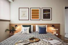 Quarto de casal moderno com composição de quadros | https://www.onthewall.com.br/enjoy-the-little-things-3 https://www.onthewall.com.br/textura-triangulos-rasta https://www.onthewall.com.br/faca-dos-seus-sonhos-um-objetivo-5 Crie seu quadro com essas imagens #quadro #moldura #canvas #decoração #onthewall