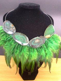 Collar en plumas verdes con ágatas verdes.