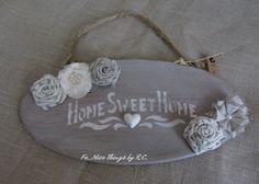 Targhetta di legno shabby chic, con stencil e fiori di stoffa homemade