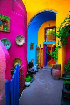 Mexican Home Decor Travel Style - Not sure if I would ever be brave enough for a. Mexican Home Decor Travel Style - Not sure if I would ever be brave enough for all the bright colors - maybe in my desert dream house. World Of Color, Color Of Life, Mexican Home Decor, Mexican Decorations, Mexican Bedroom Decor, Mexican Restaurant Design, Mexican Style Homes, Mexican Kitchen Decor, Mexican Kitchens