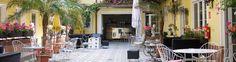 Wer mitten in Wien ein bisschen Urlaubs-Feeling genießen möchte, sollte dem… Lokal, Restaurant, Patio, Table Decorations, Vienna, Outdoor Decor, Furniture, Home Decor, Vacation