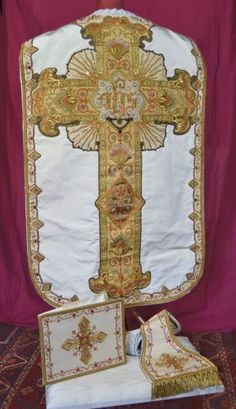 ANTIQUE-CHASUBLE-SET-OF-3-STUMPWORK-GOLD-METALLIC-THREAD-EMBROIDERY-19th-CENTURY