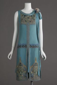 1927 dress, silk crepe, glass beads and metallic embroidery. Worn as wedding dr… 1927 dress, silk crepe, glass beads and metallic embroidery. Worn as wedding dress. 1920s Outfits, Vintage Outfits, Vintage Fashion, Fashion 1920s, Flapper Fashion, 1920s Fashion Dresses, Club Fashion, Edwardian Fashion, Fashion Tips
