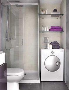Baño de depto peque con ducha y mampara de vidrio para aislar y aprovechar espacio para meter un lavarropas