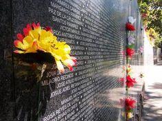 Este es el muro en memoria de la guerra civil en El Salvador. Visité este muro y encontré los nombres de las cuatro monjas y seis jesuitas que fueron asesinados