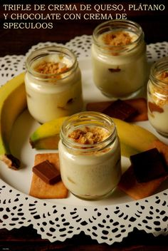 Trifle de queso crema, plátano y chocolate con crema de speculoos.