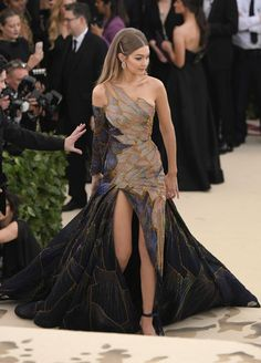 Gigi Hadid dons sparkling stained glass Versace gown at the Met Gala Strike a pose: Her stunning, asymmetrical gown was complete with multicolored panels woven with glittering threads Gala Dresses, Evening Dresses, Afternoon Dresses, Wedding Dresses, Versace Gown, Versace Blue, Mode Costume, Look Fashion, Fashion Design