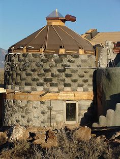 Earthship use of: tires & rammed earth, columnar tower w snow, ice, rain draining roof. Proximity to other structures? Earthship Design, Earthship Biotecture, Earthship Home, Natural Building, Green Building, Building A House, Tyres Recycle, Upcycle, Earth Bag Homes