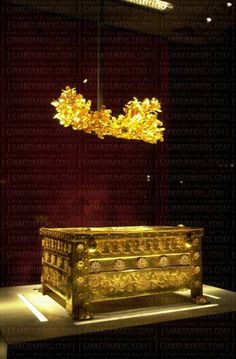 The golden larnax and the golden leaf crown of Philip were discovered at the city of Aigai, the ancient first capital of the Kingdom of Macedonia in the century near Vergina, Greece. Ancient Discoveries, Visit Greece, Leaf Crown, Mycenaean, Greek History, Greek Culture, Paradise On Earth, Alexander The Great, 11th Century