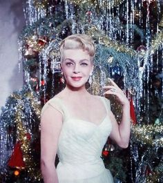 "Movie Star Holiday Shots "" (Rent Imitation of Life starring Lana Turner) "" We cannot get enough of old school movie stars. Before Hollywood got obsessed with teen sensations, there was actually. Vintage Christmas Photos, Retro Christmas, Vintage Holiday, Christmas Pictures, Vintage Photos, Vintage Cards, Hollywood Glamour, Hollywood Stars, Classic Hollywood"