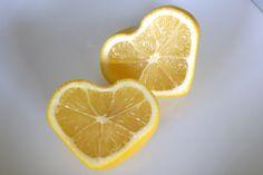 「ハート型レモン」レモンの生産日本一の広島県、JA三原柑橘事業本部のみで生産されている特別栽培レモンです。  レモンの実が、まだ小さくて柔らかい時期に'ハート形の型'を装着して育てることで出来ました。  形だけがハート型で、皮の厚さや味は変わりません。 ティ―カップに浮かべたり、お菓子作りや料理のデコレーションにも使えそうです。