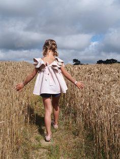 ...dans un champ de blé!     Ces blouses ne nous ont pas…