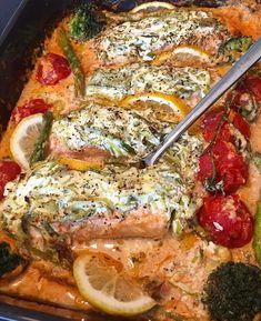 Ugnsbakad lax med spenat & soltorkade tomater i en krämig sås | zofias_kok Salmon Dishes, Swedish Recipes, Good Mood, Paella, Panna Cotta, Seafood, Pork, Food And Drink, Healthy Recipes