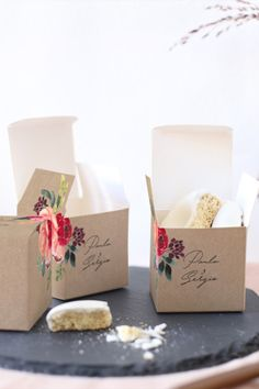 La caja gourmet o caja sopresa es perfecta para los detalles de vuestros invitados de boda. Puedes poner detalles como galletas, llaveros, pulseras, colgantes, velas, cookies, flores...   #cottonbirdes #nuevacoleccion #invitacionesdeboda #weddinginspiration #novias2020 #noscasamos #instawedding #futurasnovias #wedding #inspiracionbodas #boda #blogboda #instaboda #boda2020 #bodas2021 #cajasorpresa #cajagourmet #detallesdeboda #regalitos #invitados #amigos #love Soap, Gourmet, Digital Invitations, Wedding Invitations, Candles, Container Plants, Key Fobs, Soaps
