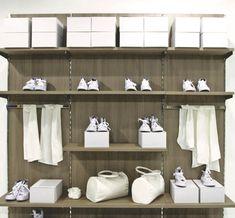 Frog – модульная система для магазинов на основе вертикальной стойки. Система разработана итальянскими дизайнерами для использования в магазинах одежды, обуви и др.