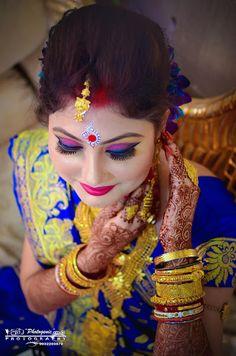 """photogenic """"Portfolio"""" Bridal Makeup - Bride Wearing a Gold Choker with a Green Emerald and Bronze Makeup, Gold Jewelry Tikka. Bengali Bridal Makeup, Bengali Wedding, Bengali Bride, Bridal Makeup Looks, Indian Bridal Wear, Bridal Looks, Bengali Art, Wedding Makeup, Bridal Chuda"""