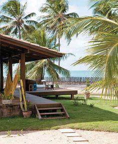 Casa à beira-mar emoldurada por coqueiros no Ceará - Projeto da arquiteta Inês Nóbrega