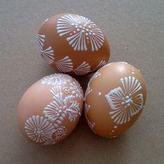 Veľkonočné ozdoby pre radosť Veľkonočné kraslice nevŕtané a zdobené bielym horúcim voskom. V ponuke sú iba slepačie vajíčka. Povrch vajíčok nie je farbený, sú prirodzene biele alebo hnedé. Detaily inzerátu
