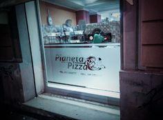 Vetrofania 200x120cm con logo intagliato per Pianeta Pizza; Decal 78x47 inches with carved logo