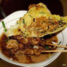 MIE ONGKLOK (makanan khas Wonosobo jawa tengah) Mi Ongklok (bakmi ongklok) adalah makanan khas Kabupaten Wonosobo berupa mi rebus yang dibuat dengan racikan khusus menggunakan kol, daun kucai, dan kuah yang disebut loh. Paling pas disajikan hangat bersama sate sapi dan tempe kemul. makanan yang cocok dinikmati kala pagi, siang dan malam, kalau datang ke wonosobo jangan lupa mencobanya. Beberapa pedagang mi ongklok yang terkenal adalah mi ongklok Longkrang, mi ongklok Pak Muhadi di wonosobo