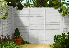 Ideas Front Garden Fence Colours For 2020 White Garden Fence, Garden Fence Paint, Slate Garden, White Fence, Garden Painting, Garden Fencing, Garden Shrubs, Fence Painting, House Painting