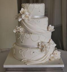 Romantische weiße Hochzeitstorte mit Schleier