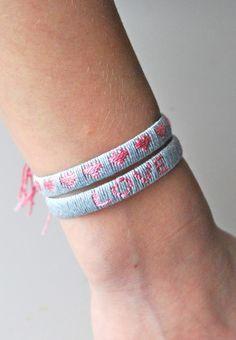 mamas kram: Armband mit Botschaft Diese Paketbänder habe ich zumindest massenweise in der Arbeit, Garn lässt sich bestimmt auch auftreiben...
