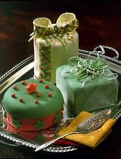 Christmas cakes with flowers | christmas wedding cake pictures | Wedding Flower Ideas