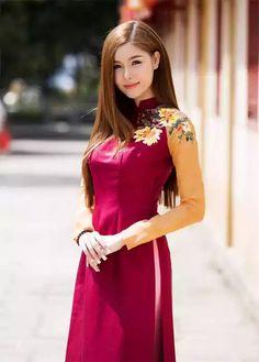 Vietnamese Traditional Dress, Vietnamese Dress, Traditional Dresses, Navy Blue Cocktail Dress, Vietnam Girl, Beautiful Asian Women, Ao Dai, Indian Outfits, Asian Woman
