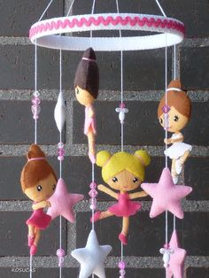 Felt mobile with ballerinas and stars. por Kosucas en Etsy,