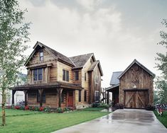 Gorgeous Mountain House with Imposing White Interior : Rustic Mountain House Exterior Wooden Architecture Green Lawn