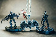 Lindo Colar Batman Cavaleiros das Trevas com pedras pretas.