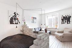 Mais quelle superbe idée ! J'adore l'idée de parpaings bruts pour délimiter l'espace chambre !
