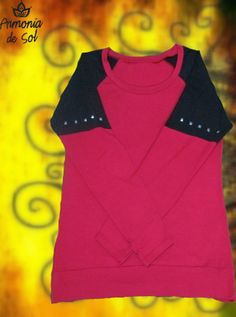 Remera combinada en negro y bordo con tachas, manga larga.