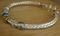 tutorial: vertebraid bangle - idea for viking knit Wire Wrapped Jewelry, Metal Jewelry, Beaded Jewelry, Handmade Jewelry, Jewlery, Maille Viking, Viking Knit Jewelry, Bijoux Fil Aluminium, Do It Yourself Jewelry
