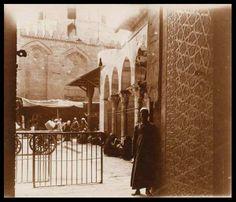 القاهرة ....احد ابواب مجموعة قلاوون.. شارع المعز .. مشهد رائع ... حوالى 1918م المصور Gabriel