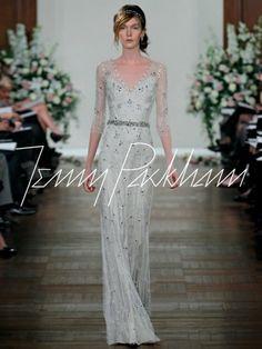 Vestido de novia con encaje y un diseño elegante en color gris nude - Foto Jenny Packham