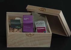 Luxe cadeaubox met koffie, thee, snoepjes en vriendschapsmeel (voor pannekoeken). Alle producten zijn gemaakt in beschermde werkplekken. Niet alleen fairtrade, maar ook nog een lekker regionaal en sociaal gemaakt. Perfect relatiegeschenk!