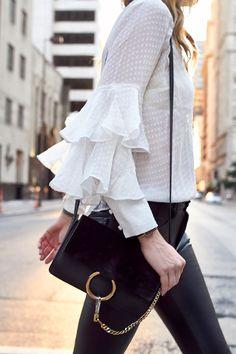 Blouse romantique + leggings en cuir = le bon mix (photo Fashion Jackson)