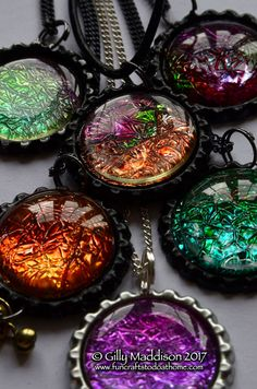 Dichroic Glass jewelry is very pretty but what if you don't have the skills or money to buy or make the real deal? Of course, genuine dichroic glass jewelry has a beauty that can only be achi… Alcohol Ink Jewelry, Alcohol Ink Glass, Alcohol Ink Crafts, Alcohol Ink Painting, Alcohol Inks, Fun Crafts To Do, Diy Arts And Crafts, Diy Resin Crafts, Glue Crafts
