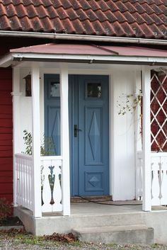 blå dörr House Front Door, House Doors, House Entrance, Sweden House, Cozy Cottage, Scandinavian Home, House Painting, Old Houses, Beautiful Homes