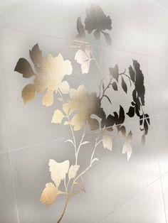 Trend-laattamalliston kolmesta laatasta koostuva, metallinhohtoinen kukkakuvio, 76 x 76 cm. Värisilmä, www.varisilma.fi