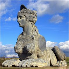 Compton Verney sphinx,  Un sphinx est assis avec patience éternelle pour voir tous ceux qui s'approchent près de   la maison, tout en profitant du soleil du matin.
