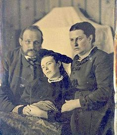 Post mortem photography, also known as death photography, was something that was very popular in a time when cameras weren't accessible. Also sometimes known as memento mori, death photography was the Photographie Post Mortem, Fotografia Post Mortem, Photo Post Mortem, Post Mortem Pictures, Louis Daguerre, Portraits Victoriens, Family Portraits, Photos Du, Old Photos
