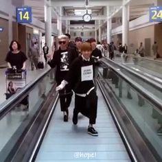 ノリノリてステッブを踏むテテにほんわかする 何の曲聴いてるのか見せてくれよwww #BTS #방탄소년단 #taehyung