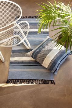 A liv rug is hand-woven and made of 100% recycled plastic which is produced with low resource and energy consumption. This is our active contribution to the protection of the environment.