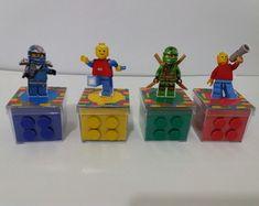 Caixa Lego   Embalo Festas   Elo7 Lego Ninjago, Ninjago Party, Lego 4, Lego Robot, Lego Movie Birthday, Boy Birthday Parties, Festa Ninja Go, Lego Girls, Lego Jurassic