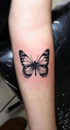 → Tatuagem Feminina de Borboleta -【Veja o Significado】 Retro Tattoos, Girly Tattoos, Mini Tattoos, Cute Tattoos, Small Tattoos, Tatoos, Thigh Script Tattoo, Forearm Tattoos, Body Art Tattoos