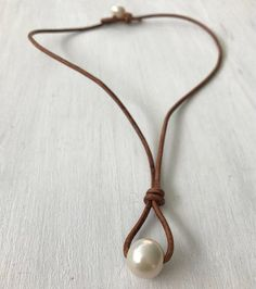 Leather pearl necklace, single pearl necklace, minimalist, l Single Pearl Necklace, Leather Pearl Necklace, Leather Jewelry, Leather Cord, Wire Jewelry, Jewelry Crafts, Bridal Jewelry, Beaded Jewelry, Jewelery